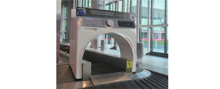 İstanbul Havalimanı'nda bagajlarını almak isteyenleri dev bir çamaşır makinesi karşılıyor